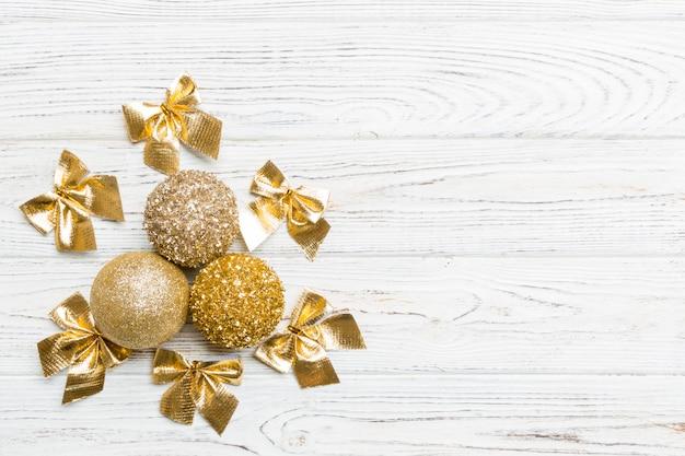 Взгляд сверху шарики рождества и творческие украшения на деревянном copyspace.