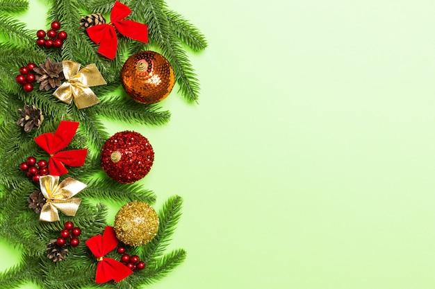 カラフルなお祝いボール、モミの木、クリスマスの飾りを設定します。トップビュー飾りcopyspace