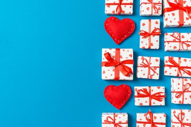 Валентинка взгляд сверху красочная сделанная из подарочных коробок и красных текстильных сердец. день святого валентина с copyspace