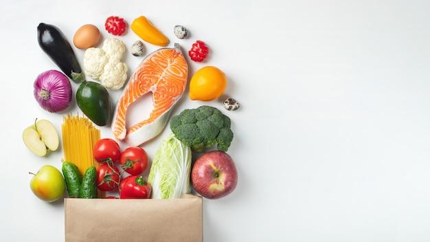 スーパーマーケット。健康食品がいっぱい入った紙袋。 copyspace