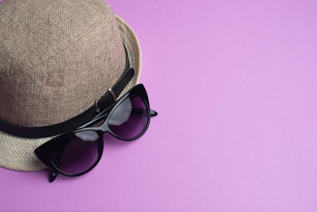 夏用アクセサリー、シェル、帽子、サングラス。夏休みと海のコンセプト。 copyspace