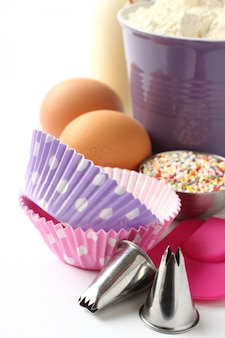 Кексы и ингредиенты на белом фоне с copyspace