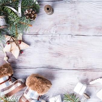 Рождественский фон с copyspace на белое дерево