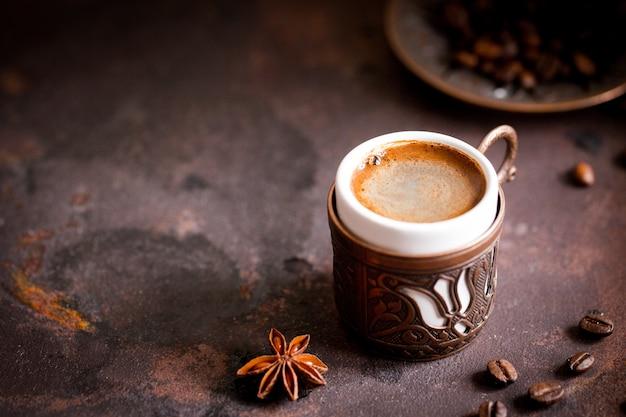 コーヒーカップと古いキッチンテーブルの豆。 copyspaceでトルココーヒーとトルコの喜び