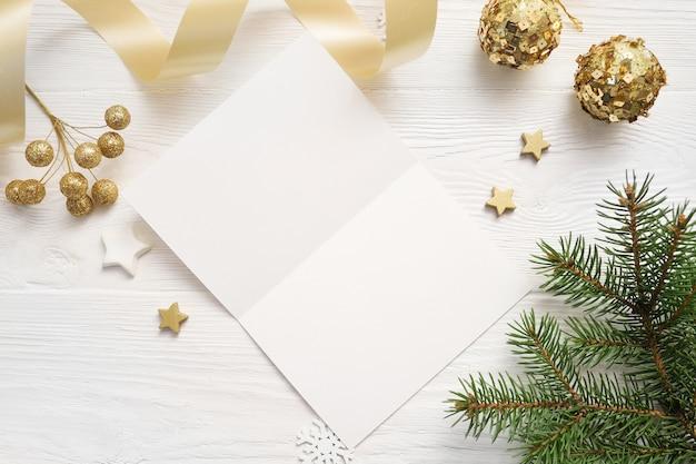 Copyspaceと紙のグリーティングカードシートのクリスマス背景