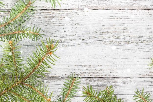 モミの木とクリスマス木製の背景。トップビューcopyspace