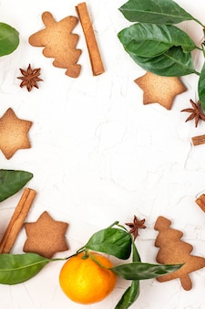 Copyspaceと白い背景の上のマンダリンとスパイスが香るクリスマススタークッキーの境界線。
