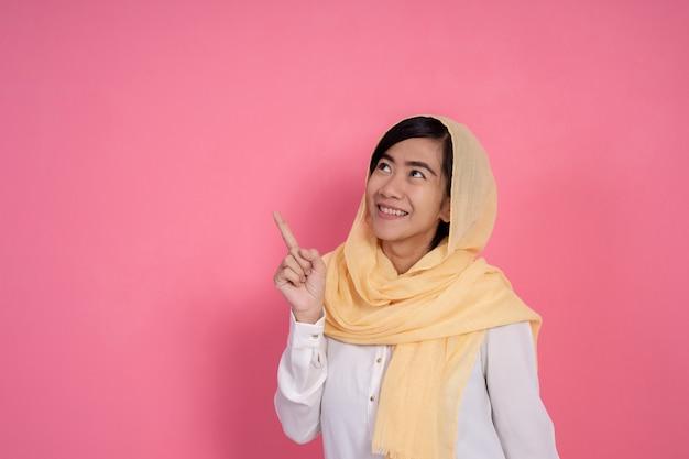 Мусульманская женщина смотрит вверх copyspace