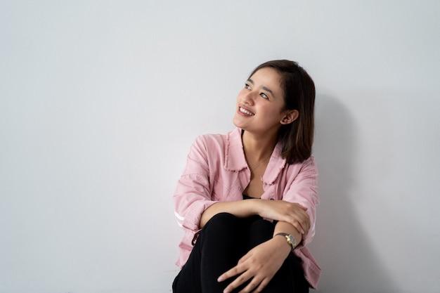 Азиатская улыбка женщины смотря к copyspace