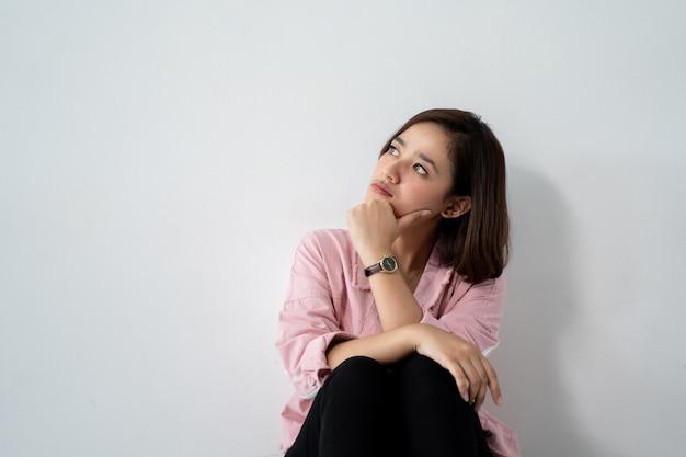 Смотреть азиатской женщины думая к copyspace
