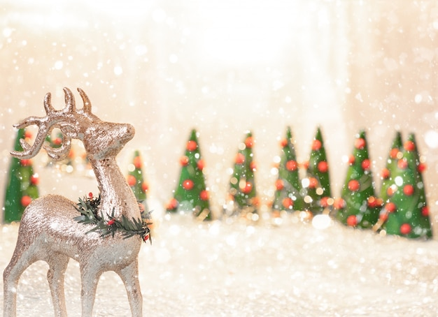 クリスマスの背景に鹿、クリスマスツリー、copyspace