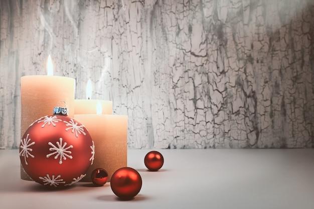 Рождественские свечи появления с красными украшениями. copyspace