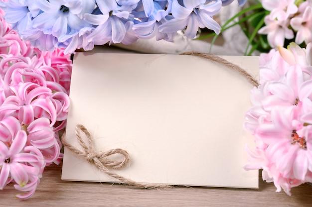 Весенняя рамка в окружении гиацинтовых цветов, copyspace