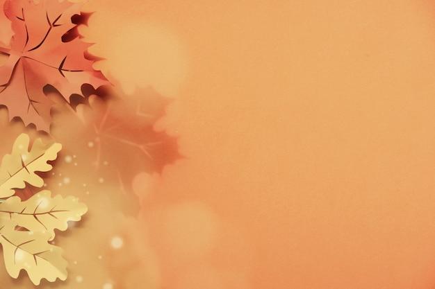 影とcopyspaceで紙の壁にカエデとオークの葉。創造的な手作りのペーパークラフト、フラットレイアウト。トーンの秋の紙の壁。
