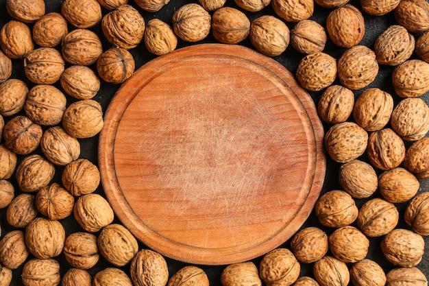 クルミ、おいしいと健康(カーネル、全体のナッツ)メニュー。食品の背景。 copyspace。上面図