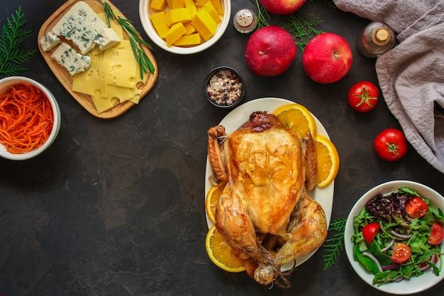 伝統的な感謝祭の鶏や七面鳥、クリスマスのお祝いテーブル設定食品テーブル、料理メニューがたくさん。食物 。 copyspace。上面図