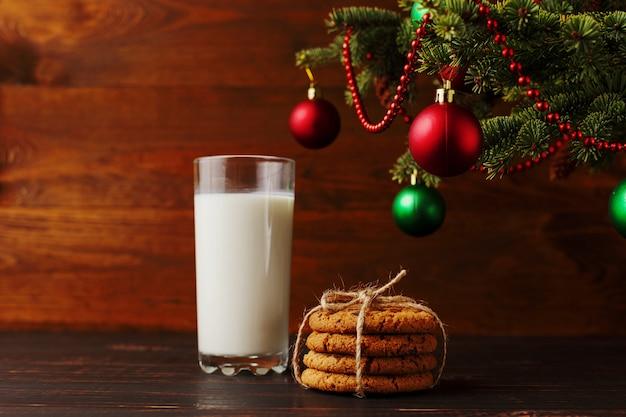 クリスマスツリーの下のサンタクロースのミルクとクッキー。 、copyspace。
