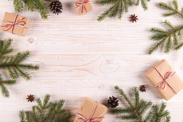 クリスマスツリー、プレゼント、松ぼっくり、copyspace。テキストのための場所でのグリーティングカード。