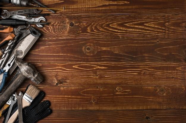 Предпосылка дня трудаа - много сподручных инструментов, на деревянном взгляд сверху предпосылки с copyspace.