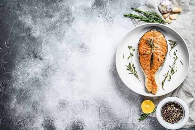グリルサーモンステーキ。大西洋の魚。上面図。 copyspaceの背景