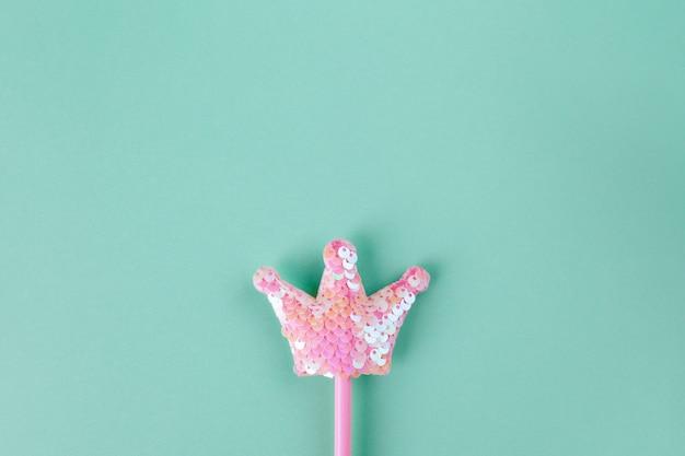 パーティーアクセサリー、妖精の杖。パステルターコイズブルーの背景、copyspace