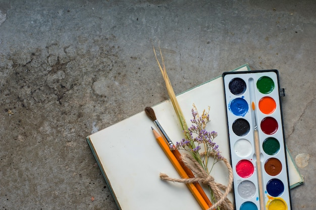 Деревенская винтажная тетрадь на конкретной земле с акварельными красками, плоская кладка, copyspace
