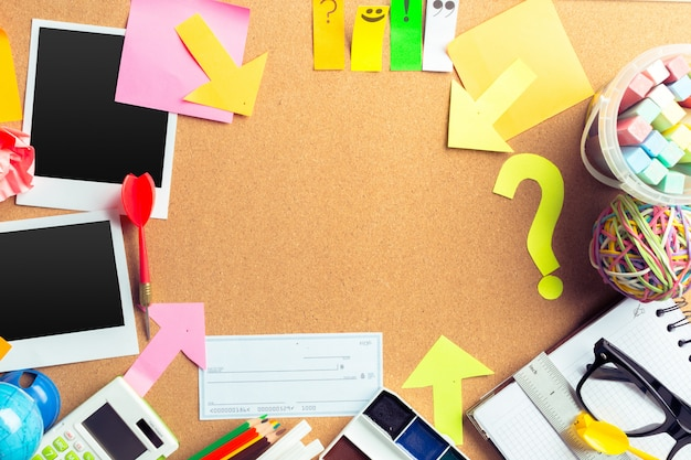 Copyspaceと文房具オブジェクトがたくさんあるアーティストの机