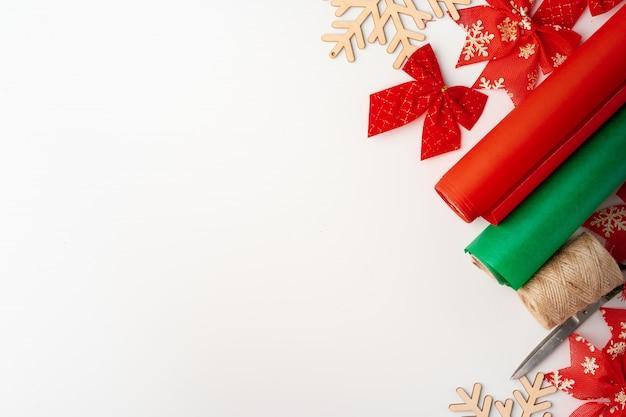 Аксессуары для украшения рождественских подарков на белом, вид сверху, copyspace