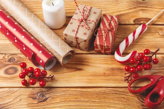 クリスマスのラッピングとcopyspaceと木製のアイテムを飾る