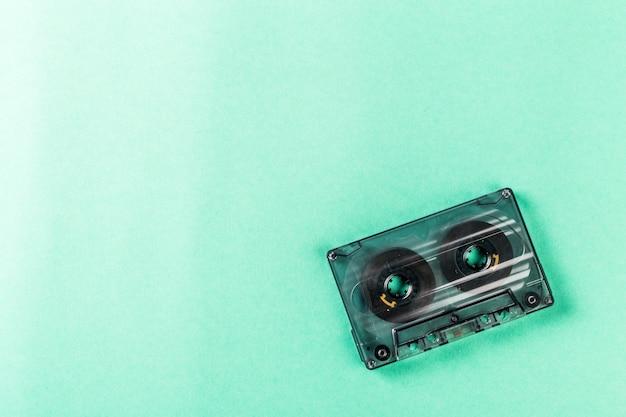 Старые аудиокассеты на бирюзовом copyspace
