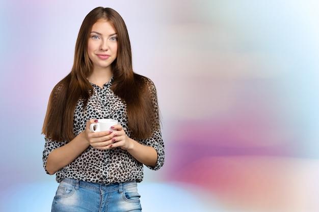カップとcopyspaceのビジネス女性の肖像画