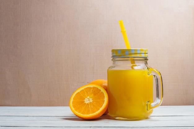スライスされたオレンジとジュースを飲みます。 copyspaceと健康的なコンセプトです。