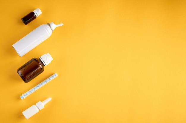 鼻スプレーボトル組成、copyspaceと黄色の背景に白い空白のボトル