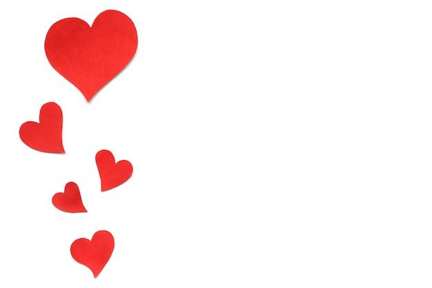 День святого валентина карты фон, красные милые сердца из бумаги. белый фон с сердечками в бумаги вырезать в разном размере. день святого валентина романтичный. copyspace