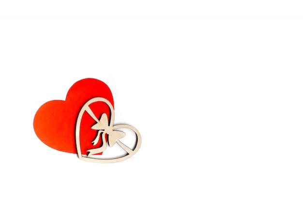 День святого валентина карты фон, красное милое сердце из бумаги. белый фон с сердцем в бумаге и декоративные деревянные сердца. день святого валентина романтичный. copyspace