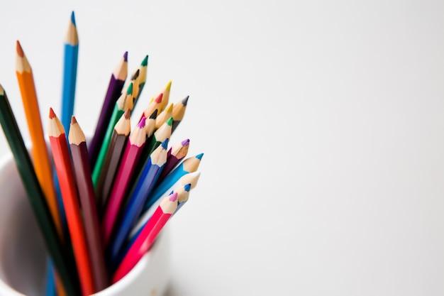 Copyspaceと白い背景の上の色鉛筆