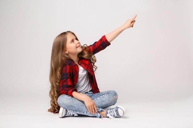 Девушка, указывая пальцем на copyspace