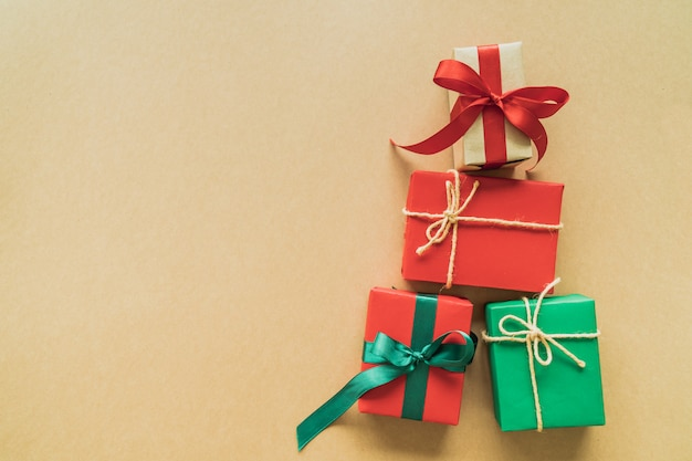 装飾、果実、星、雪のフレークとcopyspaceの紙の背景にクリスマスプレゼント。フラット横たわっていた、トップビュー