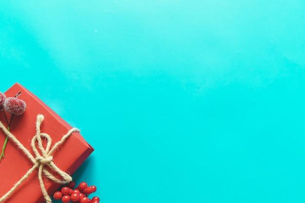 Copyspaceと青い紙の背景にクリスマスプレゼント。フラット横たわっていた、トップビュー