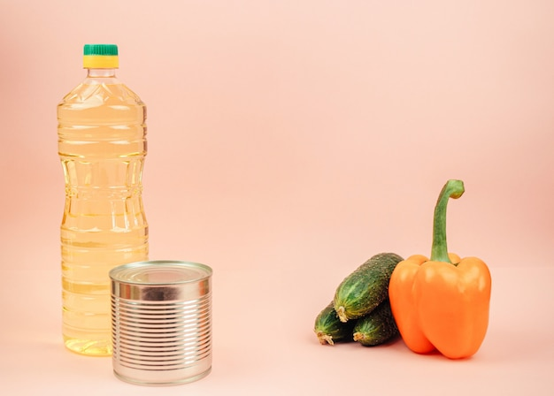 Макароны, консервы, огурцы, масло сливочное, перец сладкий. концепция доставки еды, пожертвования, благотворительность. copyspace.