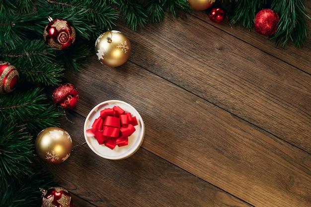 クリスマスの装飾とギフト、木製のテーブルの松の枝。休日のクリスマス。 copyspace。上からの眺め。