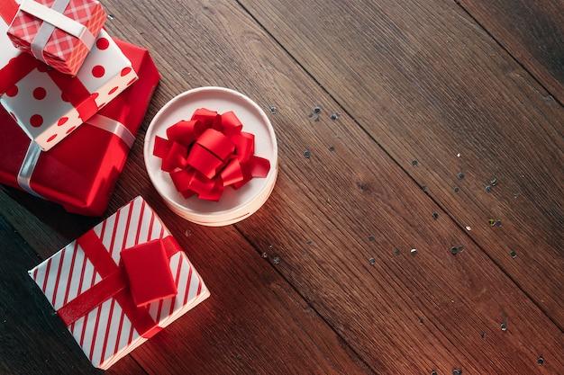 クリスマスの飾りと木製のテーブルのギフト。休日のクリスマス。 copyspace。上からの眺め。