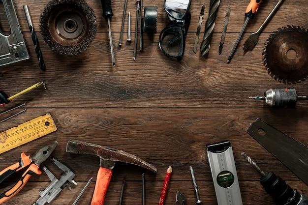 茶色の木製の構築ツール。上からの眺め。写真、スクリーンセーバー。建設、修理、建設、生産、。 copyspace。