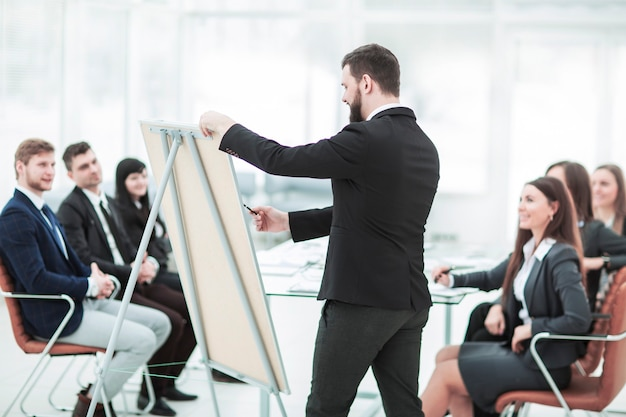 同社のコピーライターは、ビジネスチームのメンバー向けに新しい広告プロジェクトのプレゼンテーションを行います。