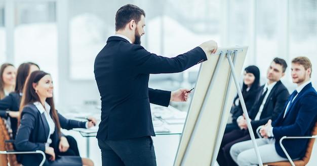 카피라이터 회사는 비즈니스 팀 구성원을위한 새로운 광고 프로젝트를 발표합니다.