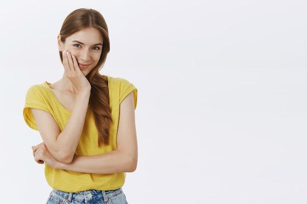 コケティッシュで軽薄なかわいい女の子の笑顔と探しています