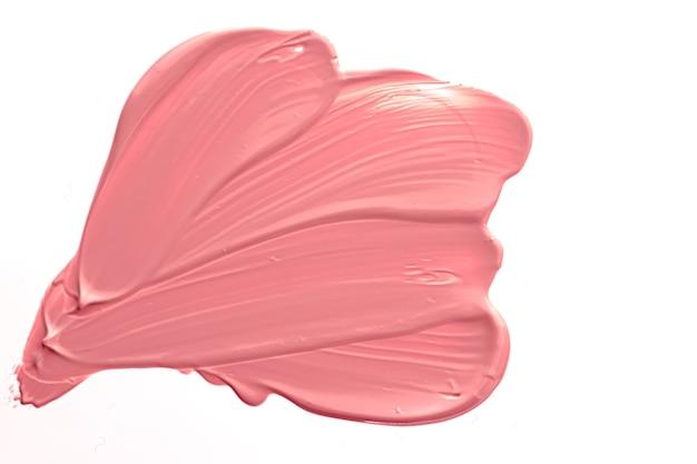 Косметическая текстура коралловой красоты, изолированные на белом фоне, размазанный макияж, эмульсионный крем, мазок или ...
