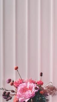 白い壁に珊瑚の夕日の花