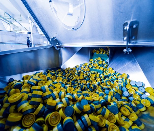Автоматическая разливочная машина наливает воду в пластиковые пэт-бутылки. пивоваренное производство. corck машина