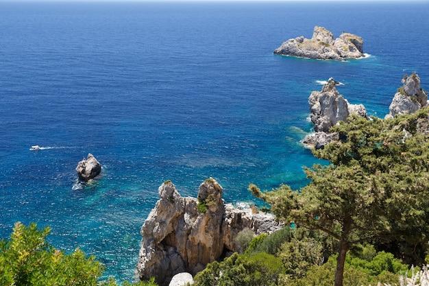 Остров корфу греция береговая линия из холмов скалы средиземное море кусты сосны синее море